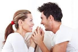 couple-smiling-and-talking-język-miłości-LingRoom-blog